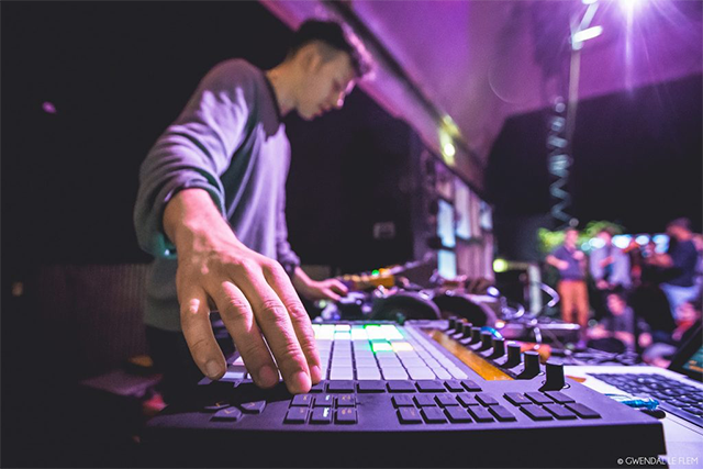 Qosmo AI DJ + Nao Tokui (Back to Back set) ビジュアライゼーション:Shoya Dozono / ダヴィッド・ルテリエ(a.k.a Kangding Ray) / Sonic Robots(モーリッツ=サイモン・ガイスト)  / DJ:Albino Sound
